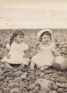 """1963, Vallehermoso (Santa Cruz de Tenerife). Donada por Francisco Izquierdo Morales. """"Mi hermana con una prima en La playa. Vallehermoso (Gomera), 1963"""""""