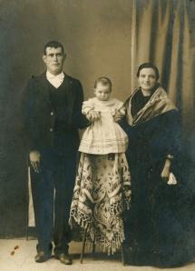 Retrato de estudio de Felix, Aurelia y su hijo Aníbal en León [189-] Conservador doméstico: Mª Luisa Fernández Gago