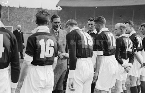 Los jugadores del Manchester City mostrando sus dorsales