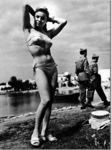 1953, El primer bikini en Ibiza © Oriol Maspons