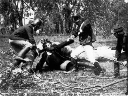 Detención de Kelly por tres agentes. © National Film and Sound Archive, Camberra, Australia (Archivo Nacional Audiovisual de Australia, consultado en: http://www.nfsa.gov.au/)