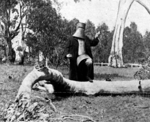 Kelly protegido con armadura apunta a la policía antes de ser detenido. © National Film and Sound Archive, Camberra, Australia (Archivo Nacional Audiovisual de Australia, consultado en: http://www.nfsa.gov.au/)