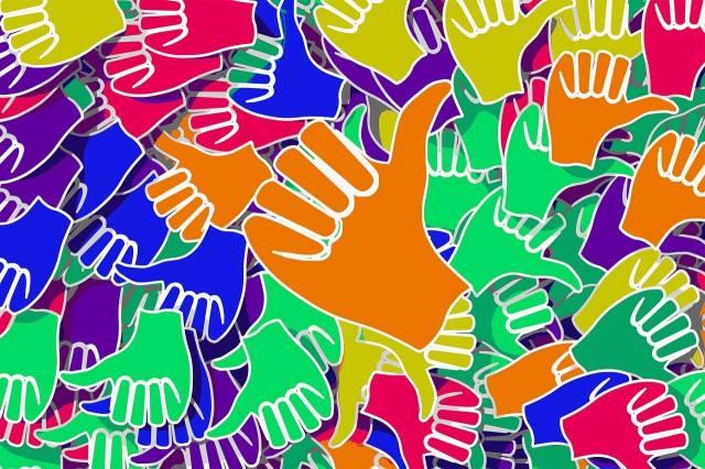 """Ilustración de manos con el pulgar arriba mostrando """"me gusta"""""""